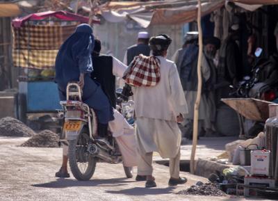 На базаре. Афганистан поселок мотоцикл дети восток базар бурка люди
