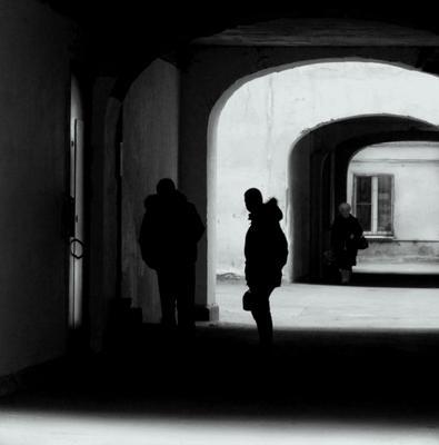 """B&W -  (серия """"Питерские дворы""""_2) Питер дворы путь белая черная полосы силуэт"""
