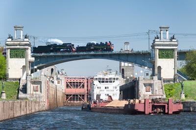 Над каналом паровоз ржд железная дорога