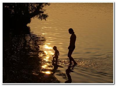 Купание на закате... вечер, река, закат, мужчина, ребенок