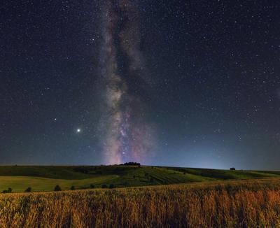 Под вечностью млечный путь космос ночь поле яры ночная сцена ночное фото астропейзаж пейзаж