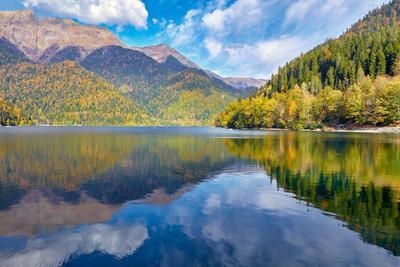 Озеро Рица Абхазия Северный Кавказ горы леса озера пейзажи туризм осень день