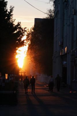.-. закат город улица солнце золотой час