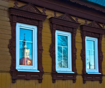 Окна. #1 окно, наличники, отражение, церковь, деревянная резьба, коломна
