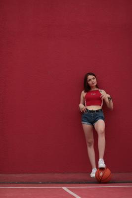 Спорт в красном девушка красное
