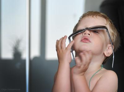Мамины очки. очки,ребенок