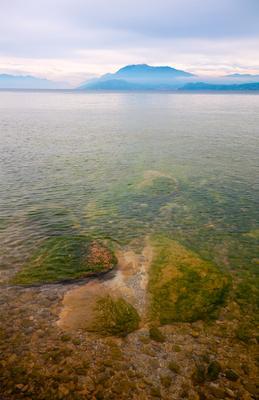 озеро Гарда озеро Гарда Италия Сирмион облака альпы горы вода камни гладь туман дымка