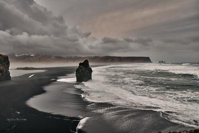 Исландия. Вид с мыса Didholaey на чёрный пляж и базальтовые столбы Reynisfjara