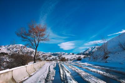 Отражение горы зима снег природа дорога ландшафт вид узбекистан