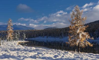 В лучах заходящего солнца Алтай Горный озеро Киделю Улаганский перевал снег