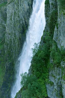Падение водопад горы скалы Вёрингфосс Норвегия