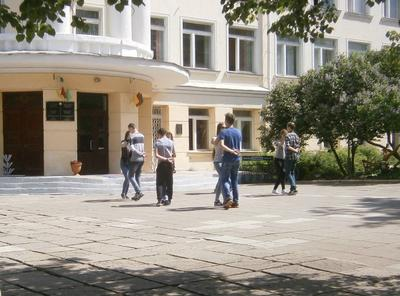 Танец  у школы в Минске. Минск
