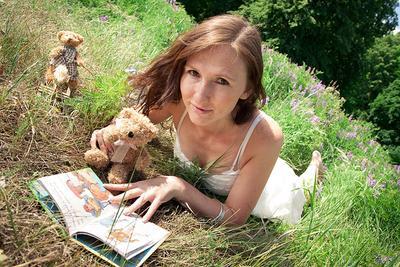 Летняя девушка, книга, лето, трава,
