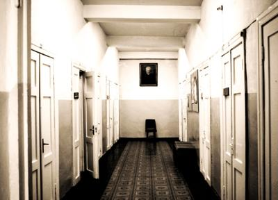Старая музыкальная школа Бобруйска стул, коридор, стена,