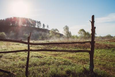 Утро туман утро рассвет забор природа небо холм деревья