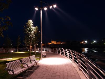 Новая наберажная в старом городе ночь набережная деревья фонари замок река
