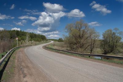 Летняя дорога Дорога изгиб поворот речка деревья лес лето облака глубинка Россия