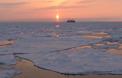 весна в Охотском море вечер закат Охотское море судно льды