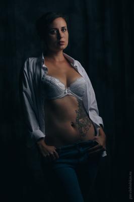 *** девушка студийный портрет будуар живот бюстгалтер грудь ростовой рубашка красивая низкий ключ