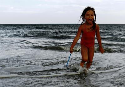 Догонялки девочка океан