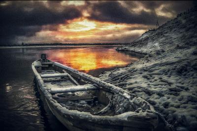 Последняя рыбалка лодка снег река закат