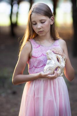 *** девочка наряд маска задумчивость лес сказка