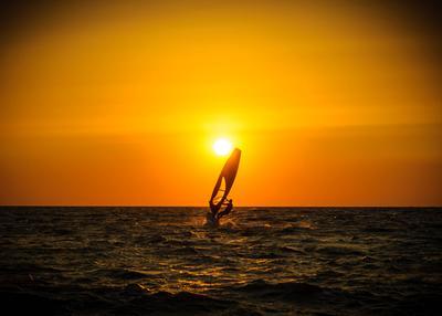 Вслед за солнцем закат солнце море серфинг