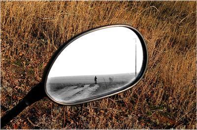 Алиса в Зазеркалье зеркало отражение осень степь мотоцикл дорога девушка