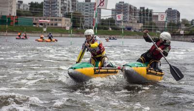 Погоня вода лодка каноэ катамаран весло мужчины поток река водоем спорт соревнования гонка