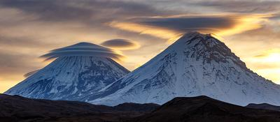Великаны в шляпах Камчатка вулкан облака природа путешествие фототур пейзаж рассвет
