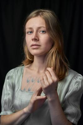 Душа девушка модель портрет profoto студия эмоция глаза голубые платье винтаж поза руки тату