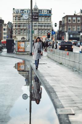Отражение в Амстердамской луже амстердам голландия девушка отражение фотопрогулка уличная фотография фотосессия в городе фотограф нидерланды