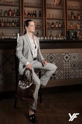 Бизнес леди бизнес леди костюм ресторан портрет брюнетка модель сумка
