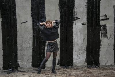 Портрет Л. стена женщина жест