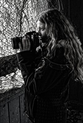 фотоохота девушка фотограф чёрно-белое портрет фотоапарат