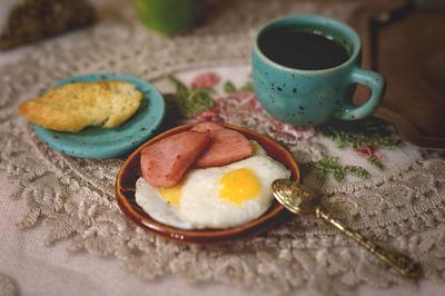 Завтрак миниатюра натюрморт еда глазунья яичница кофе завтрак