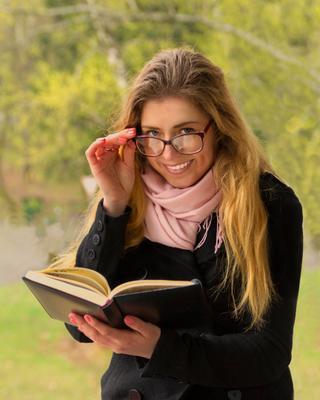 Юля Девушка портрет красавица очки модель