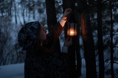 Таинство лес зима сумерки девушка фонарь