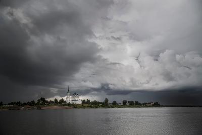 Затяжные дожди. река Вычегда Сольвычегодск небо облака пасмурно ненастье