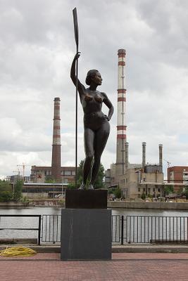 на районе город девушка скульптура берег лето