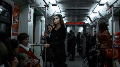 *** девушка метро люди думает синий вагон стоит