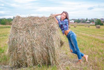 В поле сенокос поле сено девушканастоге фотомодельвполе фотосессиявполе
