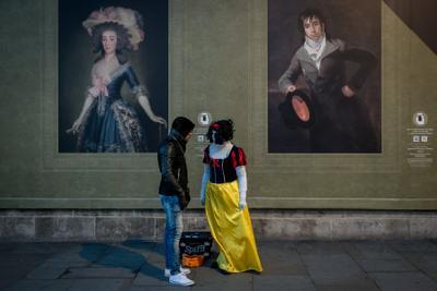 Белоснежка и гном стрит девушка Лондон костюм