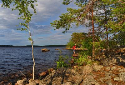С утра стоит на озере любитель-рыболов... :) сосны скала рыбак озеро Сайма pine Saimaa Finland
