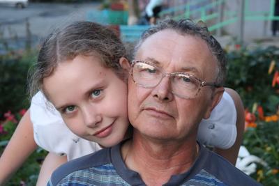Дедушка и внучка дедушка внучка лето вечер