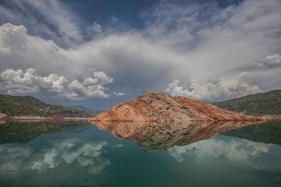 Парящий в облаках облака вода горы Нурек национальный парк Таджикистан