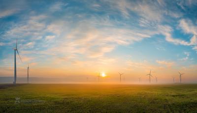 Живописное небо Ставропольский край Ставрополье Кочубеевская ВЭС ветропарк ветроэлектростанция ветряки Невинномысск апрель весна туман туманный небо облака солнце весенний трава