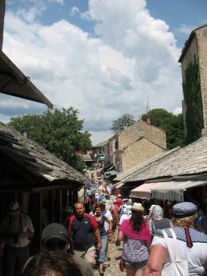 Все бегут, бегут.. Bosna i Hercegovina Mostar Босния и Герцеговина Мо стар город Куюнджилук улица