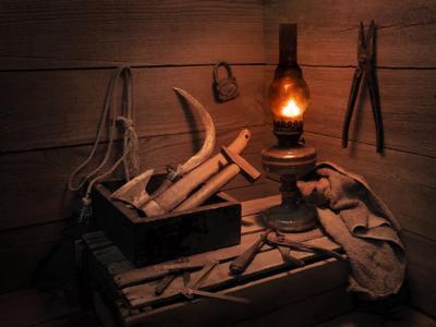 В старом чулане. сарай керосинка инструмент серп молоток топор