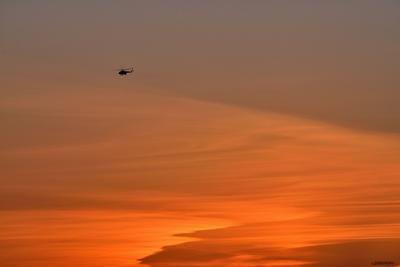 Закатный патруль вертолет патруль полет на закате оранжевое небо омск